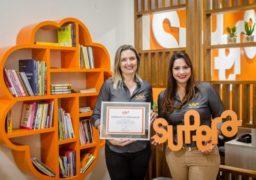 Ideias de negócios lucrativos - Sandra Kurtz, franqueada do SUPERA Vilhena, orgulhosa de seu quadro de homologação ao lado da gestora de inauguração, Vanessa Bueno