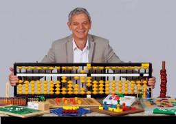Antônio Carlos Perpétuo e o ábaco, principal ferramenta do curso SUPERA