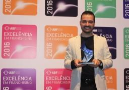 Victor Rocha, diretor de Expansão, recebe o Selo de Excelência ABF 2016 em nome do SUPERA