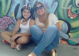 Ao lado da mãe Rafaela Montalvão, Luiza conta que curso de ginástica cerebral a motivou para persistir no hobbie predileto, andar de skate.
