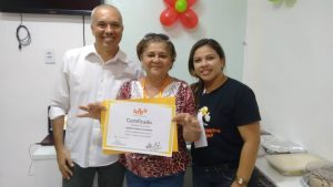 Mário Cabral entrega certificado para aluna SUPERA
