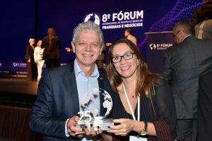 Antônio Carlos Perpétuo comemora troféu do Grupo Bittencourt assessorado pela jornalista Letícia Maciel