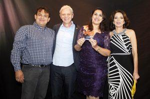 O casal apaixonado e empreendedor recebe prêmio de Franquia do Ano 2015, na categoria Desempenho. Troféu foi entregue por Liliana Perpétuo, Diretora de Franquias, e Antônio Carlos Guarini, presidente fundador da rede