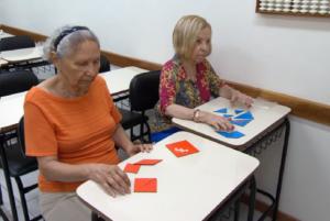 Programa da Globo exibe imagens de alunas idosas exercitando o cérebro, promovendo a importância de cuidar da mente em todas as faixas etárias, principalmente na terceira idade