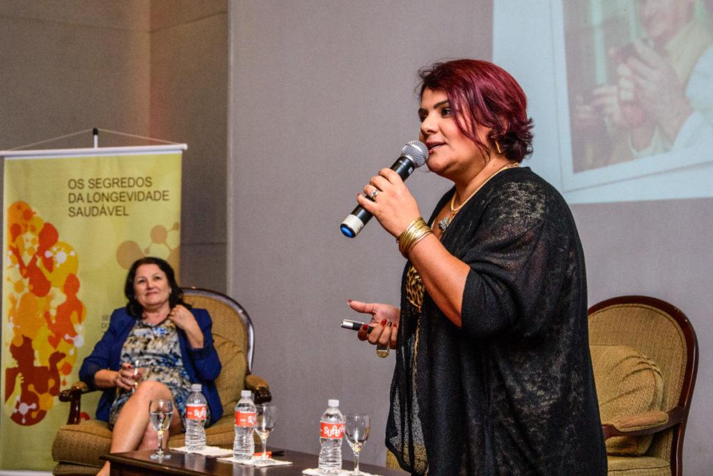 Dra. Roberta França palestra em evento do SUPERA, ao lado de Nicette Bruno e Beth Goulart, embaixadoras da marca