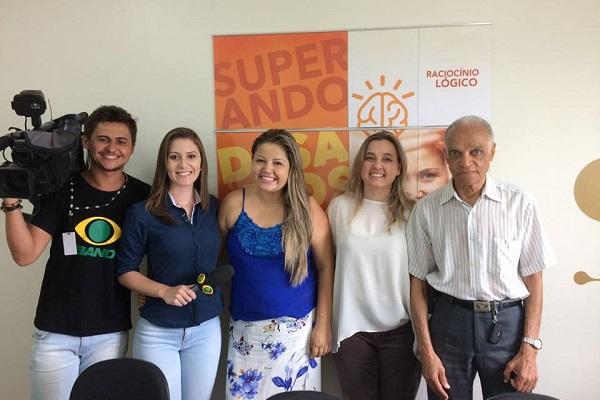 Equipe da TV Band com Carolina Pascucci, do SUPERA Esplanada, Solange Jacob, Diretora Pedagógica da Franquia de Curso e Sr. Elisiário, aluno do curso