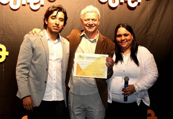 Tiago Ordenez e Thaís Bento Lima entregam certificado ao presidente da Franquia de Curso SUPERA, Antônio Carlos Perpétuo