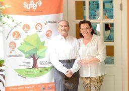 Sr. Ferreirinha, que comemora 102 anos no próximo dia 31 de dezembro, é recebido na Franquia de Escola SUPERA em Araçatuba, pela diretora-franqueada Laura Avezum. Parabéns, Sr. Ferreirinha!!!