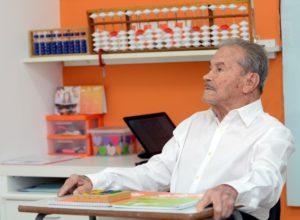 Sr. Ferreirinha presta atenção à aula da educadora Ana Maria