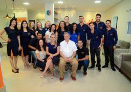 Empresária dona da Franquia de Escola em Cuiabá posa com sua equipe