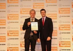Antonio Carlos Perpétuo, da Supera - Ginástica para o Cérebro, recebe prêmio de Claudio Tieghi, da ABF