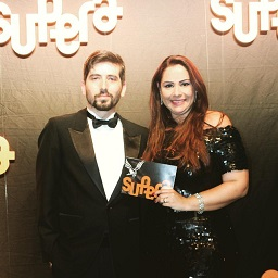 Matheus Aragon apresenta a premiação dos Melhores do Ano da Franquia SUPERA ao lado de Vanessa Bueno