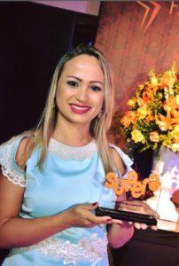 Alessandra Trentino, franqueada do SUPERA Cuiabá (MT), recebe seu troféu no Jantar de Premiação da marca