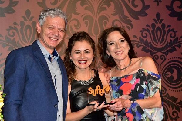 Elizabete Gonçalves, de Diamantina (MG), recebe o Prêmio de Melhor Franquia 2017 das mãos do presidente-fundador do SUPERA e da vice-presidente da Franquia de Escola, Liliana Aragon