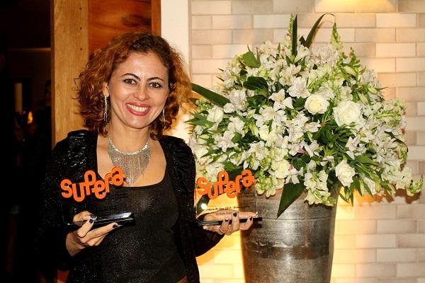 Elizabete Gonçalves, gestora da Franquia de Sucesso SUPERA Diamantina (MG), orgulhosa de seus troféus no Jantar de Premiação 2016
