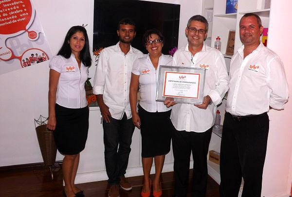 Paulo e equipe mostram, com orgulho, o quadro de homologação da nova unidade SUPERA