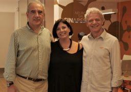 Paulo Wandenkolk posa ao lado de sua sócia e esposa, Ivana, e Antônio Carlos Perpétuo, em visita especial à unidade SUPERA Santos (SP)