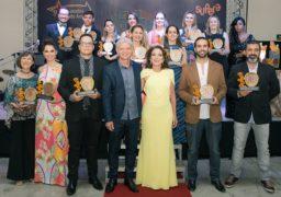 Franqueados premiados comemoram com troféus. Ao centro, Antônio Carlos Perpétuo, presidente da rede, e Liliana Aragon, Vice-Presidente, prestigiam evento