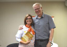 Patrícia Prata, Gerente Pedagógica da Franquia de Escola, ao lado de Marcos Meier